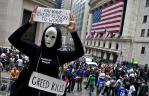 Un manifestante sostiene un cartel en un mitin cerca de la Bolsa de Nueva York.