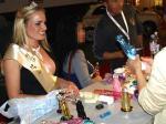 Miss Venus 2008 - comprando un juguete sexual. Janine Breilmann (25) opta por un vibrador de color rosa