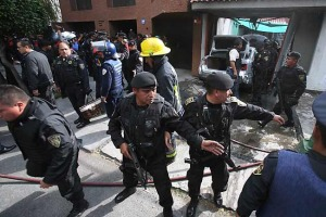 Agentes federales se enfrentaron este lunes a balazos contra presuntos delincuentes que viajaban a bordo de una Passat en la Colonia San Bartolo Atepehuacan Delegación Gustavo a Madero