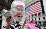 Un artista intérprete a Secretario del Tesoro Henry Paulson en frente de la Bolsa de Nueva York.