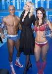 Los ganadores del concurso Sloggi posan junto a la modelo eslovaca Adriana Karembeu.