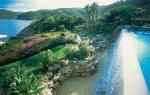 Impresionantes jardines con cascadas rodean la hacienda principal de 1.200 metros cuadrados.