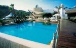 Imagen de la piscina principal alrededor de  la que se situa la hacienda de Sa Ferradura.