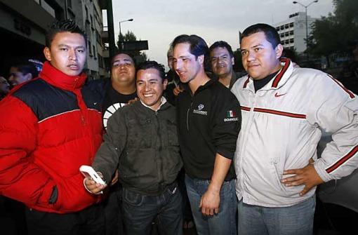 Mario Dominguez se tomó fotos con los taxistas a quienes chocó.