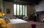 Exquisita decoración en uno de los dormitorios de esta impresionante villa señorial.